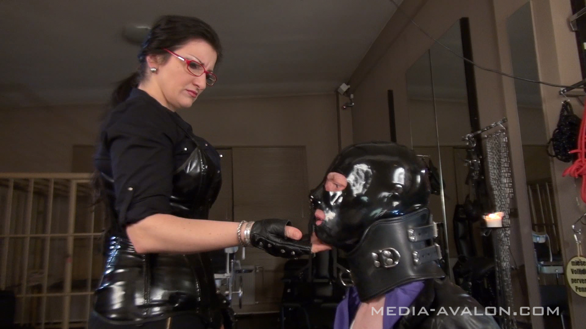Latexslave with mask